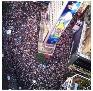 圖一.不要在沉默中死去,2012年71遊行40萬人上街。